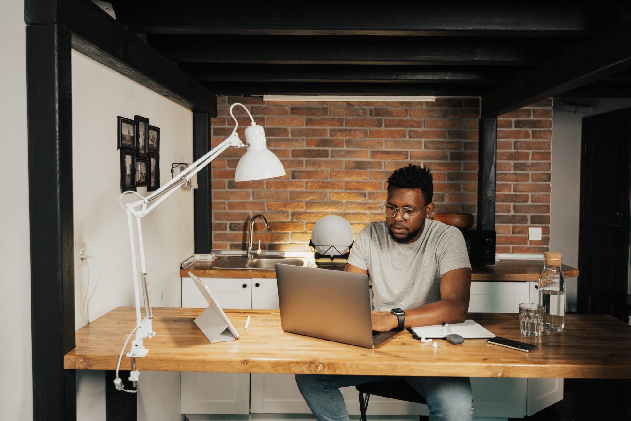 Thuiswerken verhoogt productiviteit, Nederland middenmoter