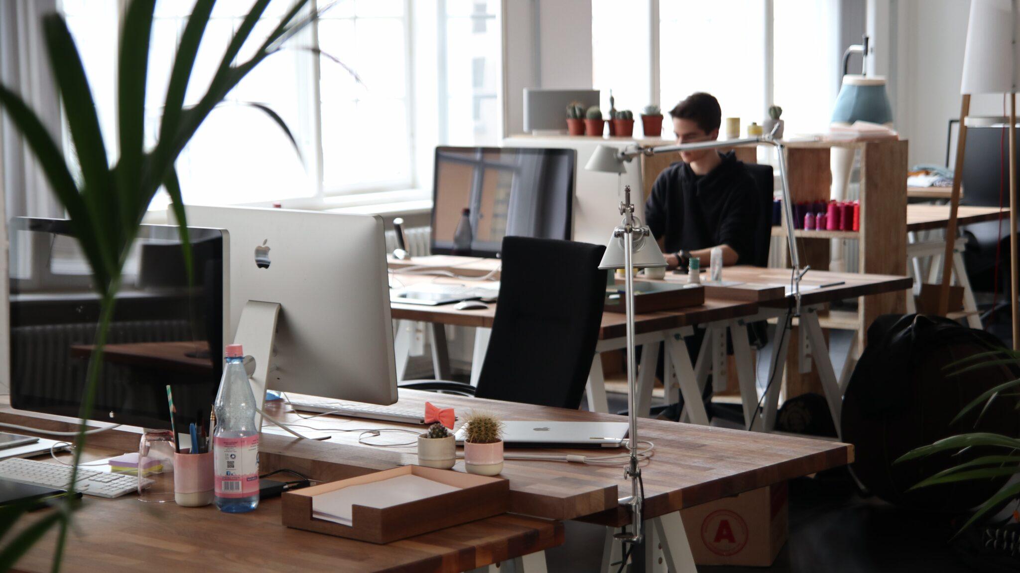 Grote werkgevers gaan na corona kantoorruimte schrappen
